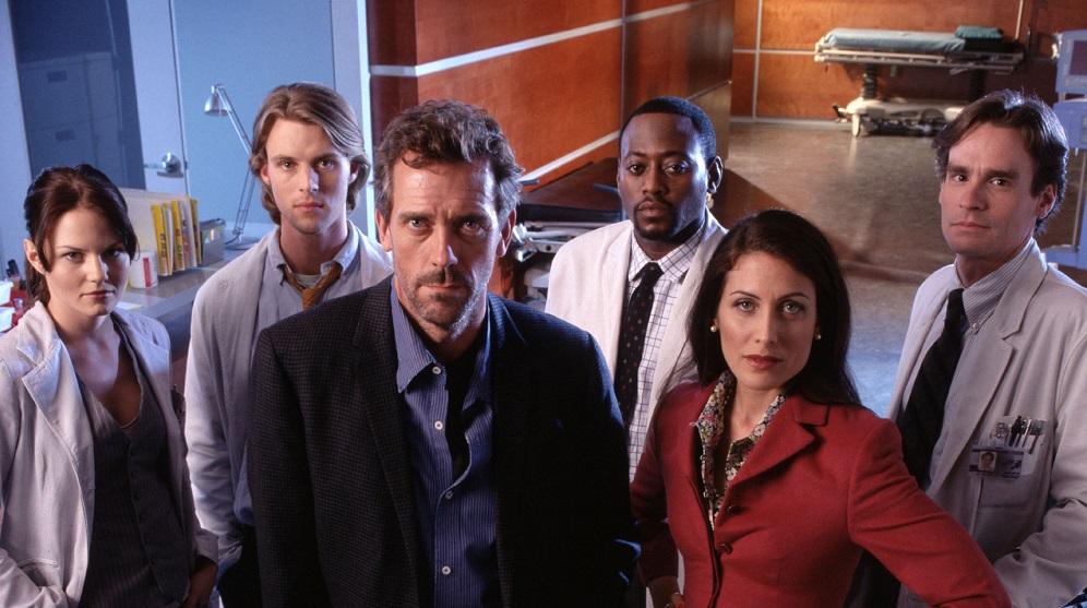 Il cast della prima stagione di Dr House. Foto frontale, sono in piedi in ospedale.